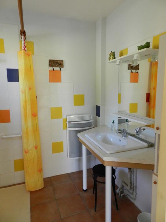 Le lavabo sous lequel peut se glisser le fauteuil roulant