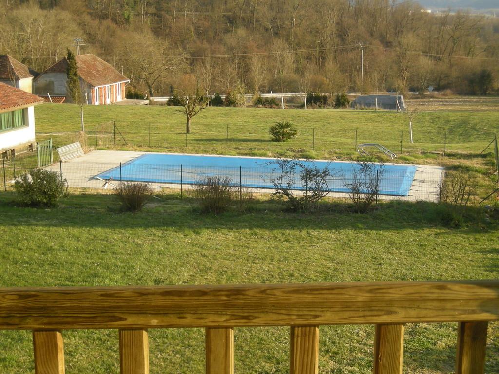 Autre vue de la piscine et du terrain d ejeu