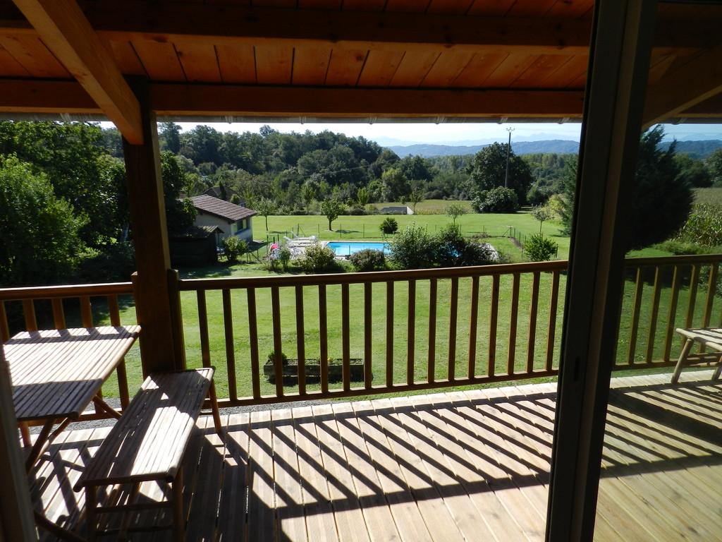 La piscine et le terrain de jeu vus du balcon