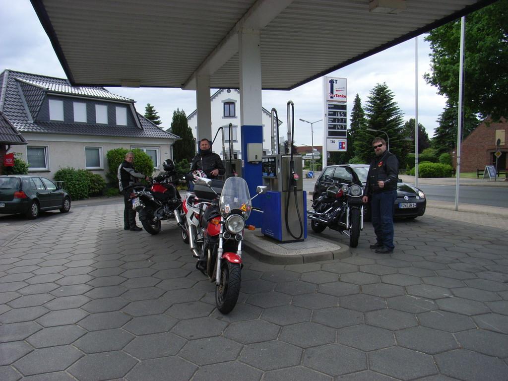 Hmm das Treffen vor dem Treffen ... lauter durstige Bikes