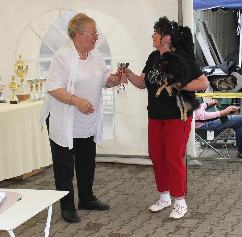 Sieger Ehrung für Daisy mit Pokal verleihung.