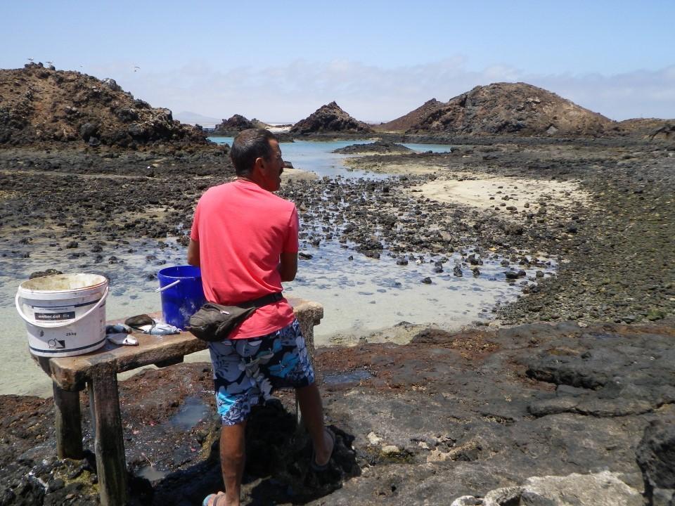 Petit pêcheur préparant son poisson