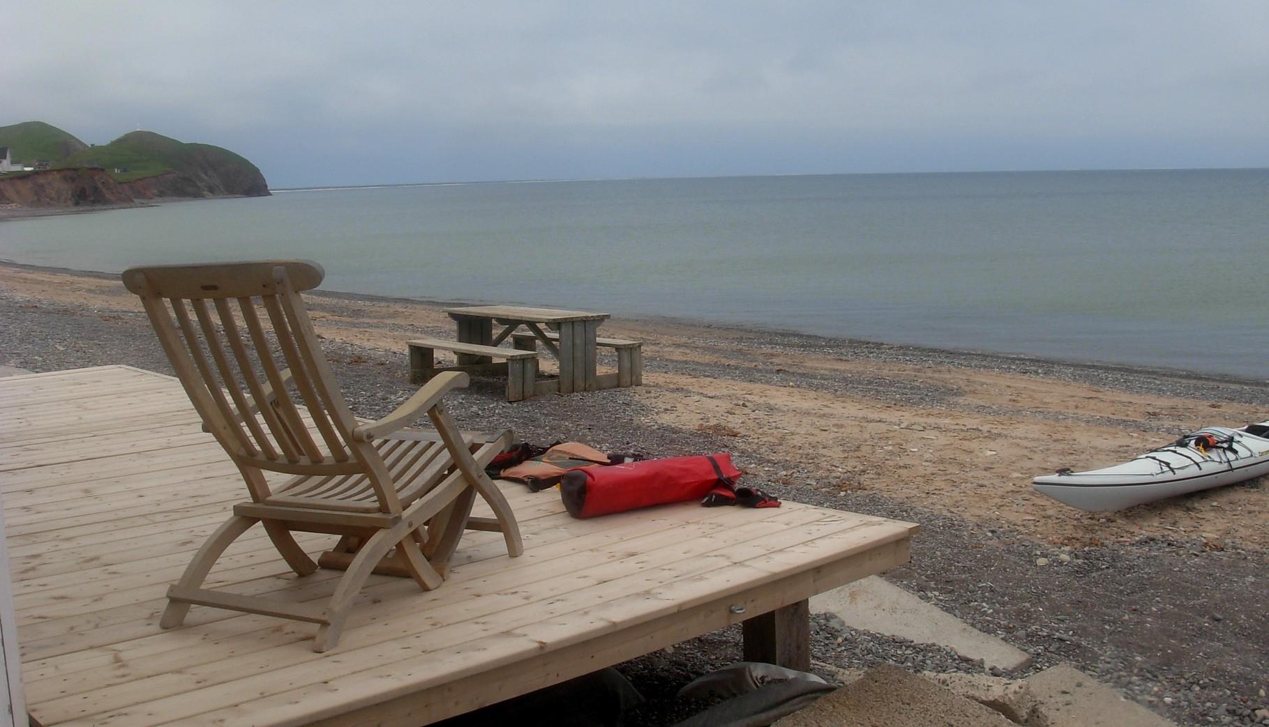 Vers Havre aubert, une terrasse qui tend les bras au pagayeur marin