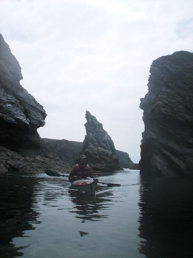 Passage auprès de la côte découpée