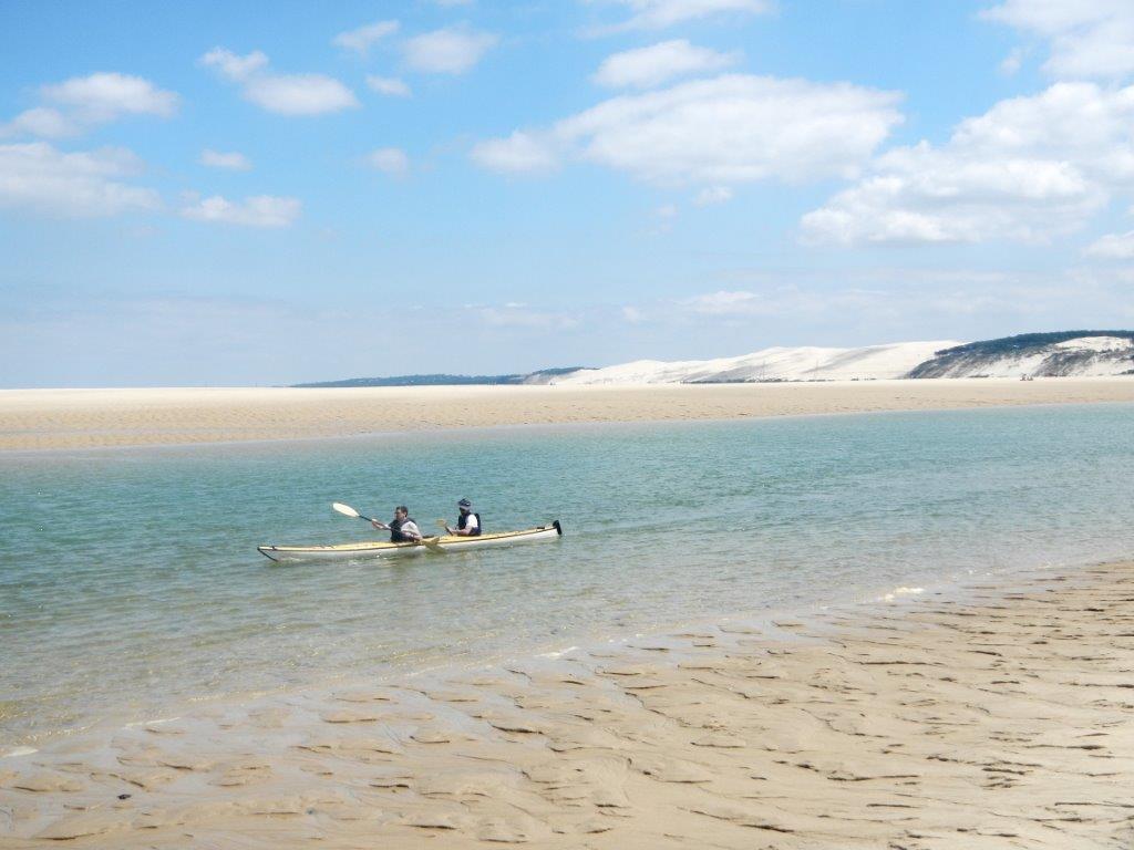 Lagune de sable et d'eau en pleine lumière
