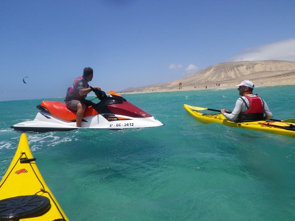 Interpellation décalée : un jet ski nous demande d'éviter la compétition de Kyte Surf !!