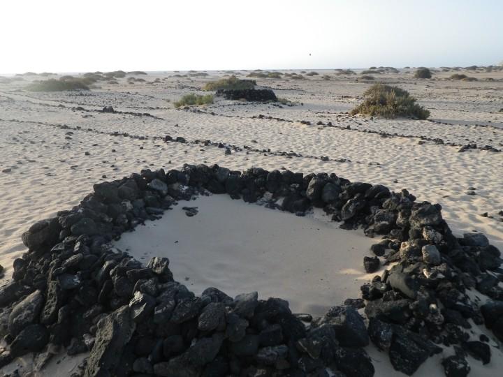 Abri caratéristique édifié sur les plages des côtes au vent : très efficace