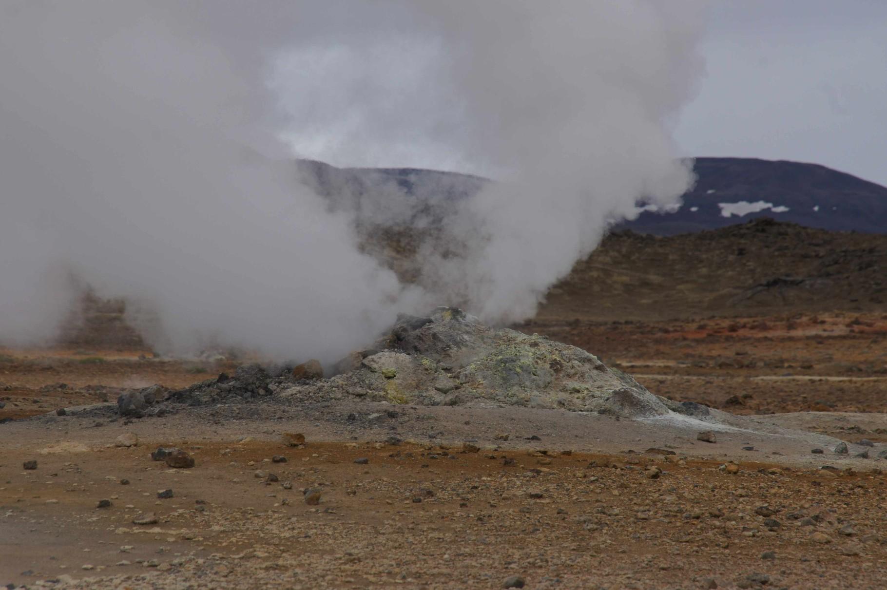 Die Erde dampft beim Solfatarenfeld (östlich Myvatn)
