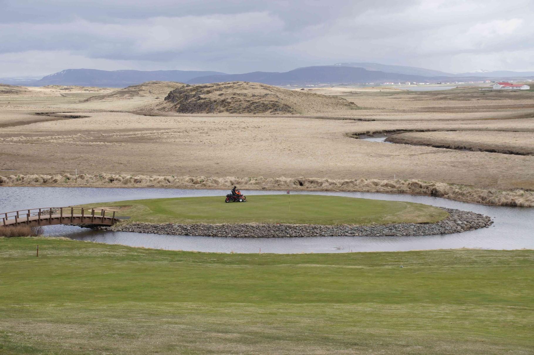 Kontrast - gepflegter Golfplatz und Natur pur