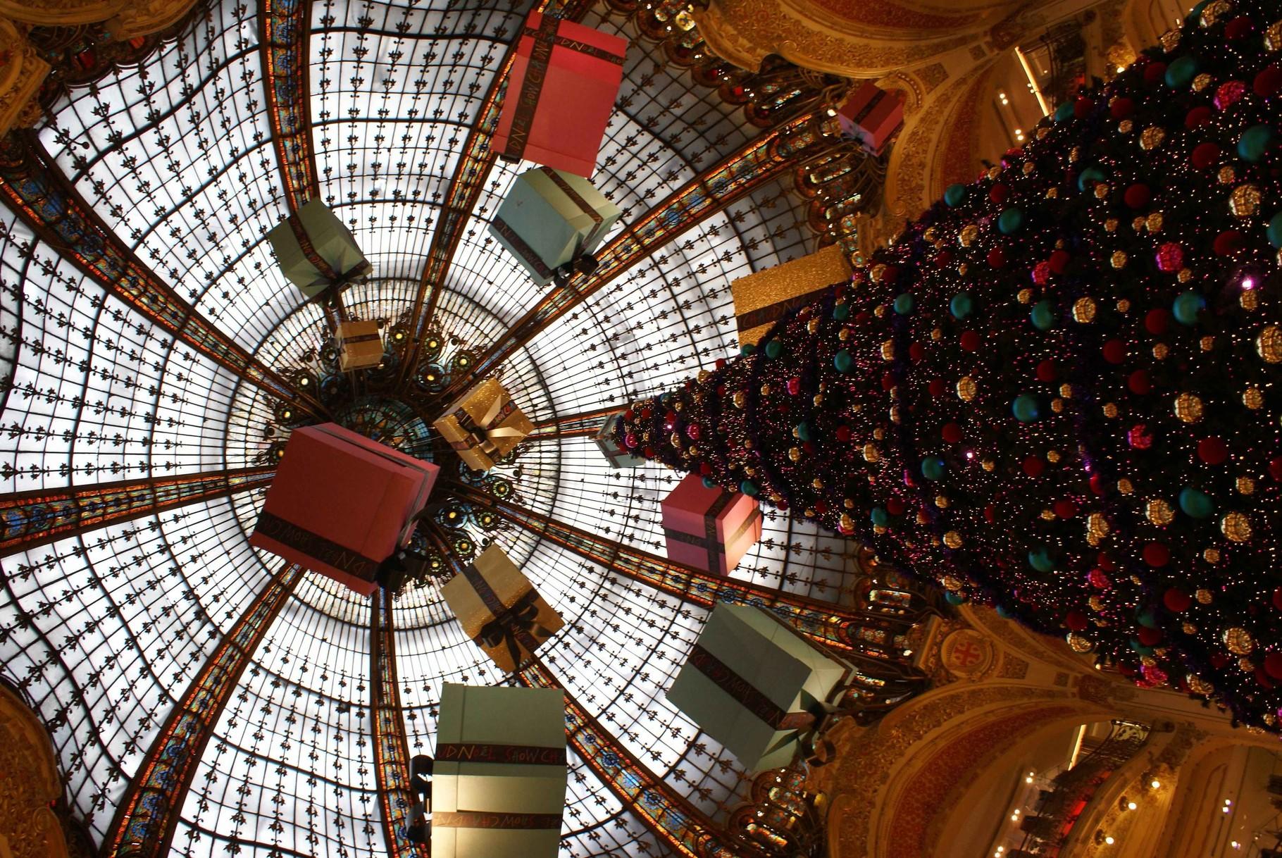 Weihnachtsstimmung in einem Pariser Kaufhaus
