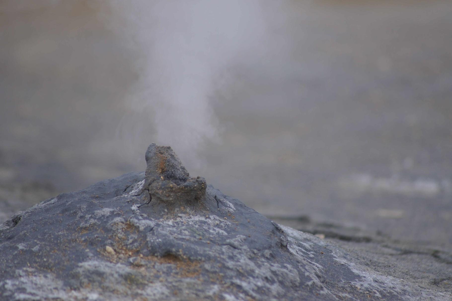 Rauchende Erde auf dem Solfatarenfeld