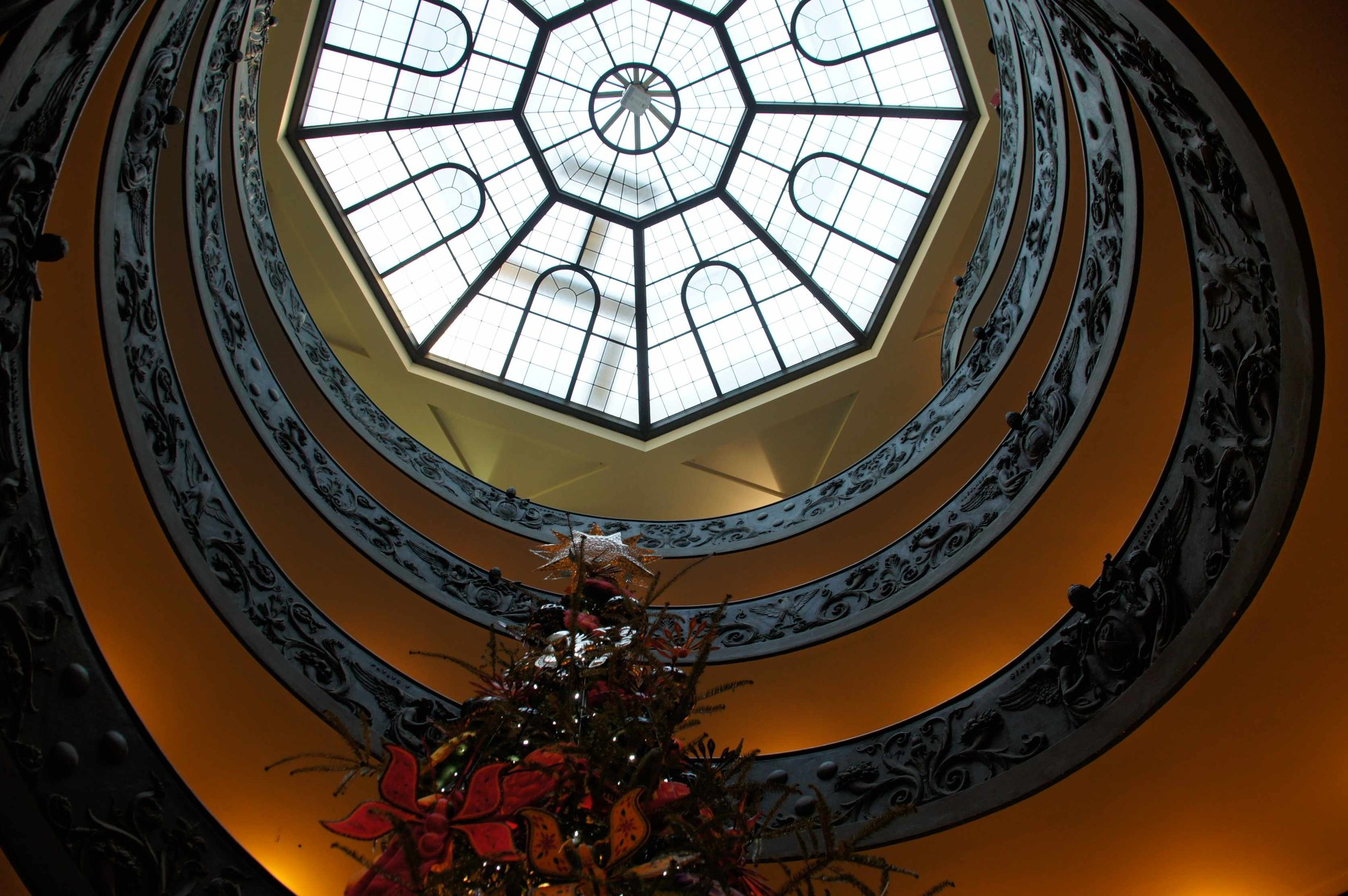 Bramantes Treppe von unten nach oben betrachtet