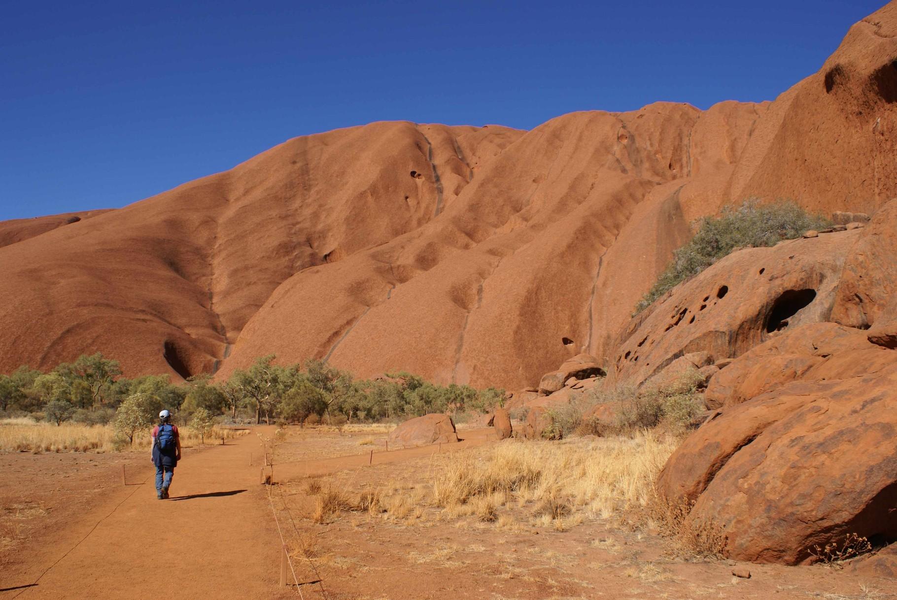 Bei der Umrundung des Uluru sind einige Wege tabu - es handelt sich um heilige Orte der Aboriginal