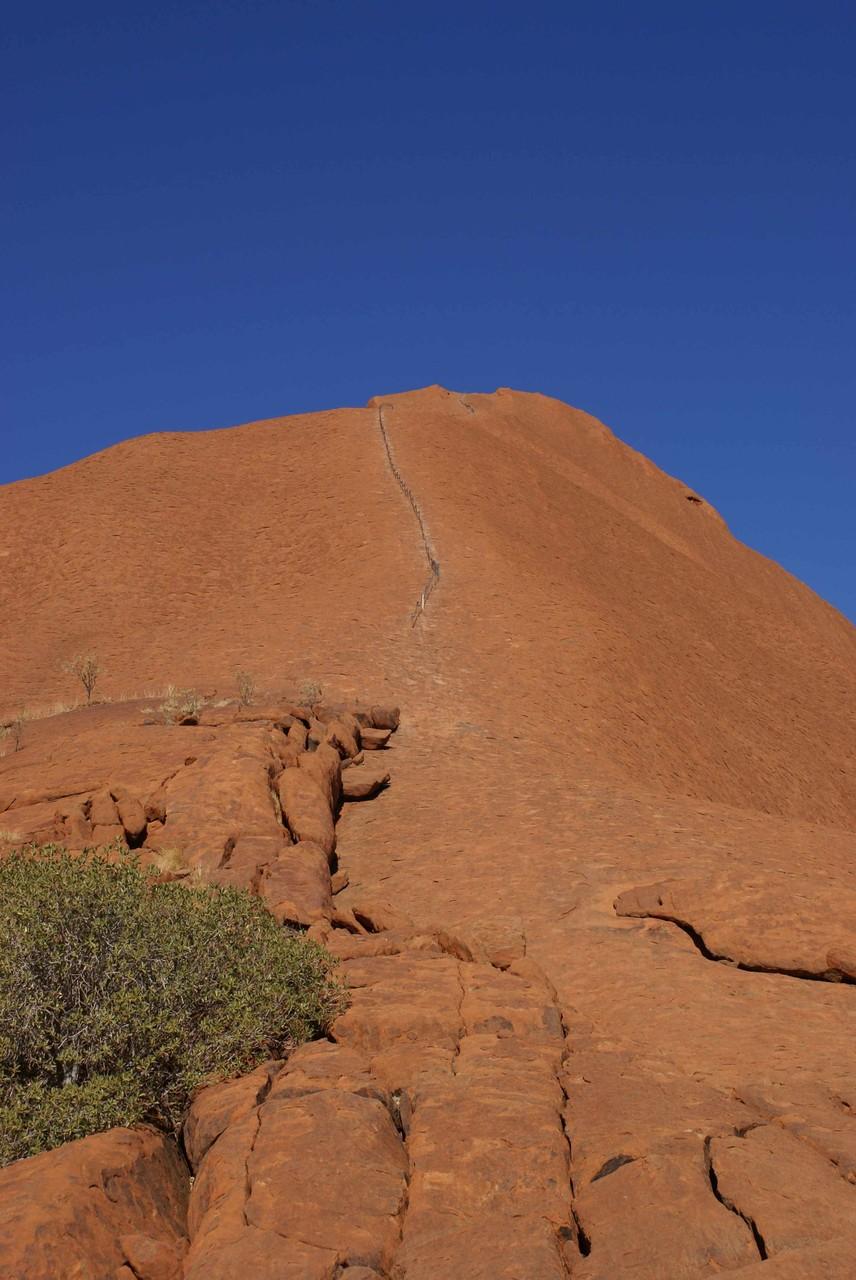Besteigung des Uluru ist möglich, jedoch nicht erwünscht