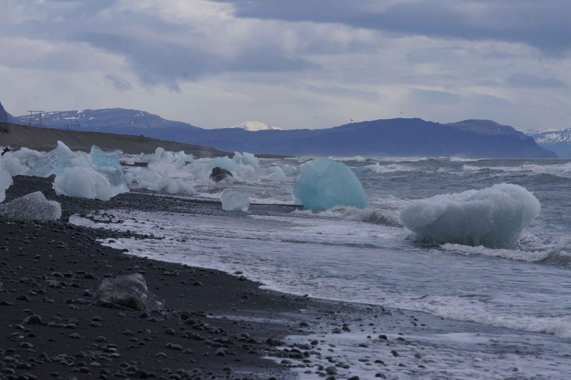 Kontraste: Eis auf schwarzem Aschesand bei Jökülsárlón