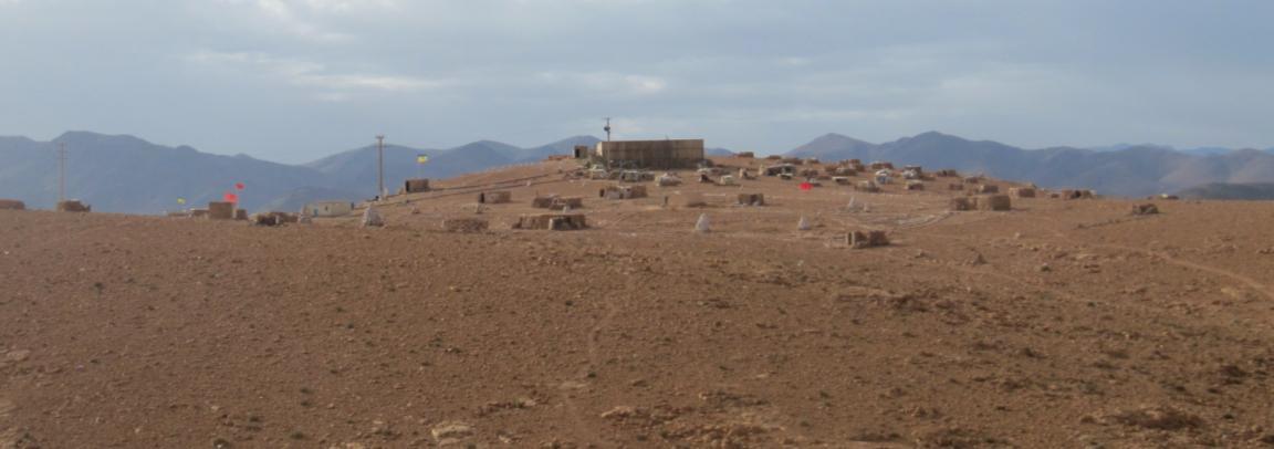 Bassin d'eau de la SMI sur le mont Aleban et campement des habitants d'Imider