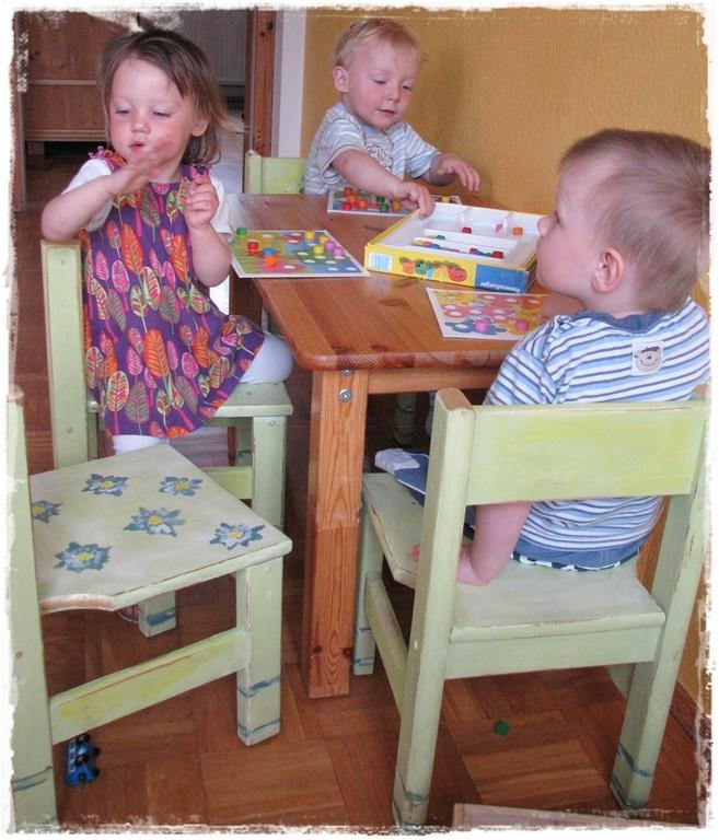 die neu gestalteten Kinderstühle für Tagesmutter Simone Zimmermann und ihre Spatzen im Pirna-Graupa