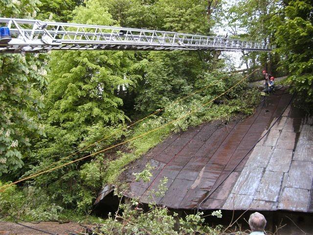 Die Feuerwehr reinigt das große Blechdach