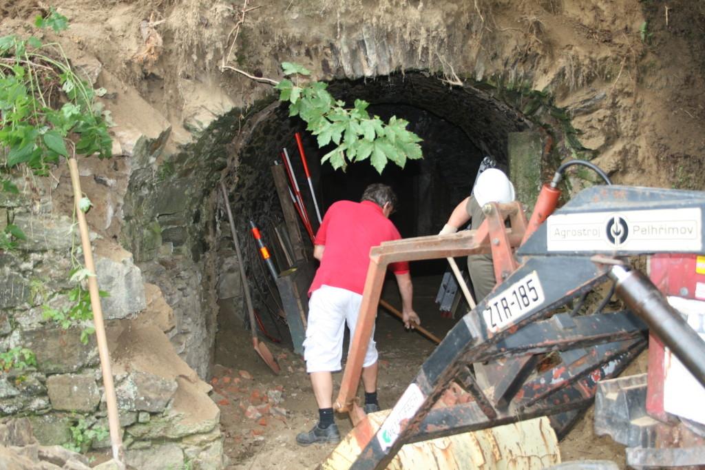 Lose Steine werden abgebaut und für das Neu-Aufmauern gelagert