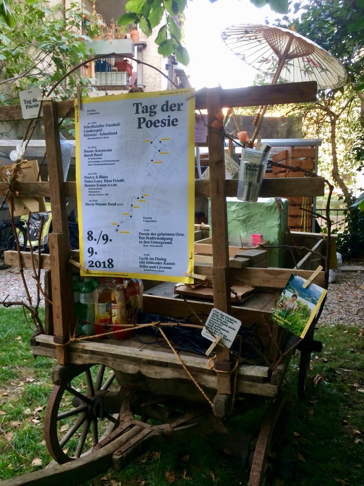 Der Poesie-Leiterwagen ist bereit für seinen Einsatz an der Poesie-Karawane