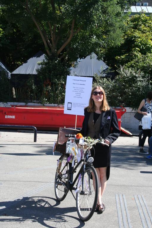 Sandra Löwe, Initiantin des Sprachhauses M, trug mit einem wunderbar dekorierten Fahrrad Lyrik in die Innenstadt