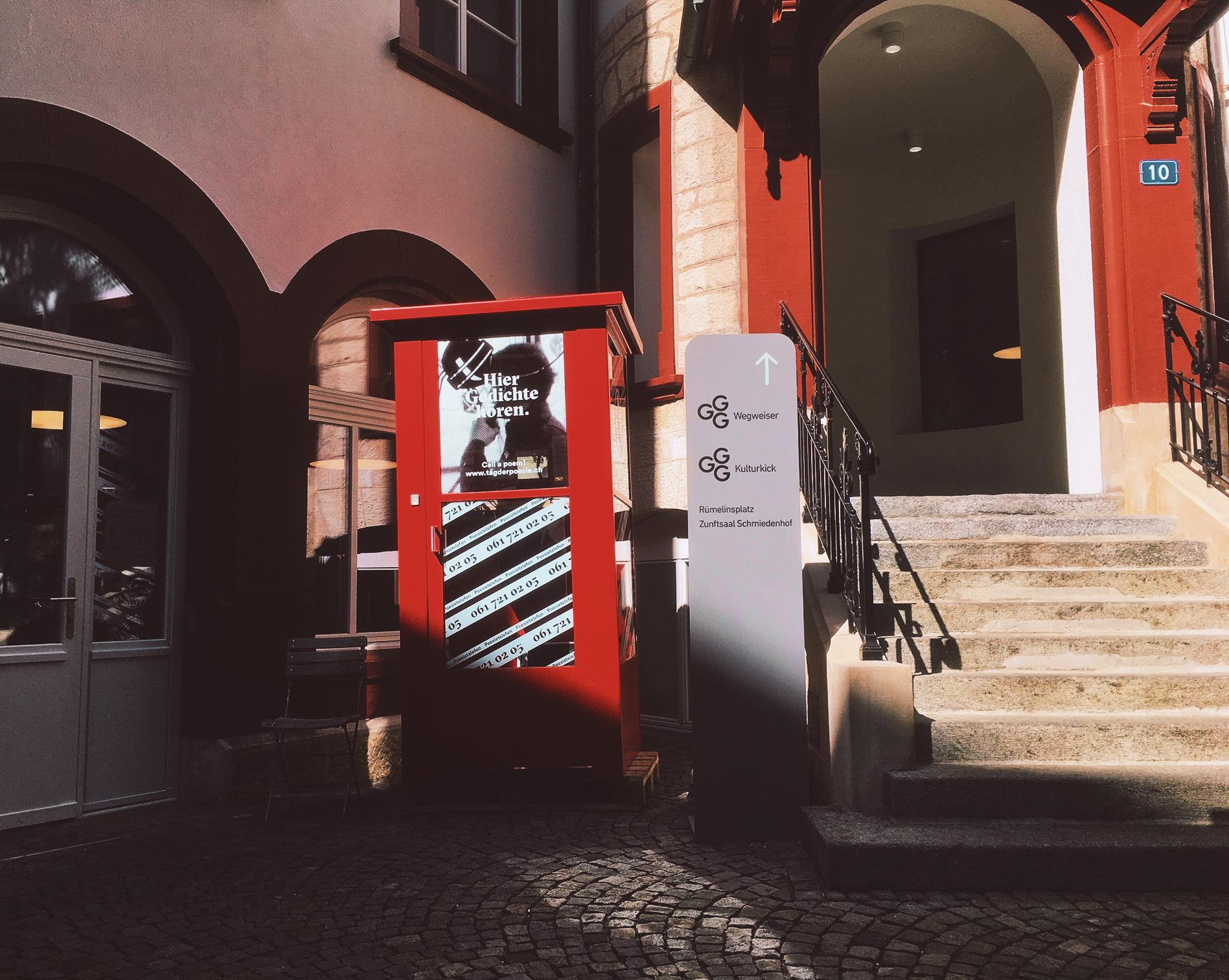 Die Kabine zieht nochmals um und findet ab Mitte September 2019 eine erste längere Bleibe im Schmiedenhof bei der GGG Stadtbibliothek.