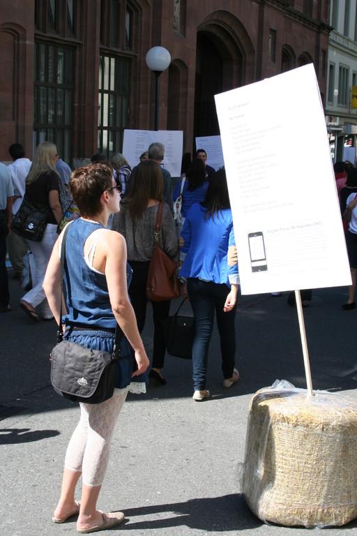Bei erfreulich vielen samstäglichen Besucherinnen und Besuchern der Basler Innenstadt stiessen die Gedichtplakate auf Interesse.