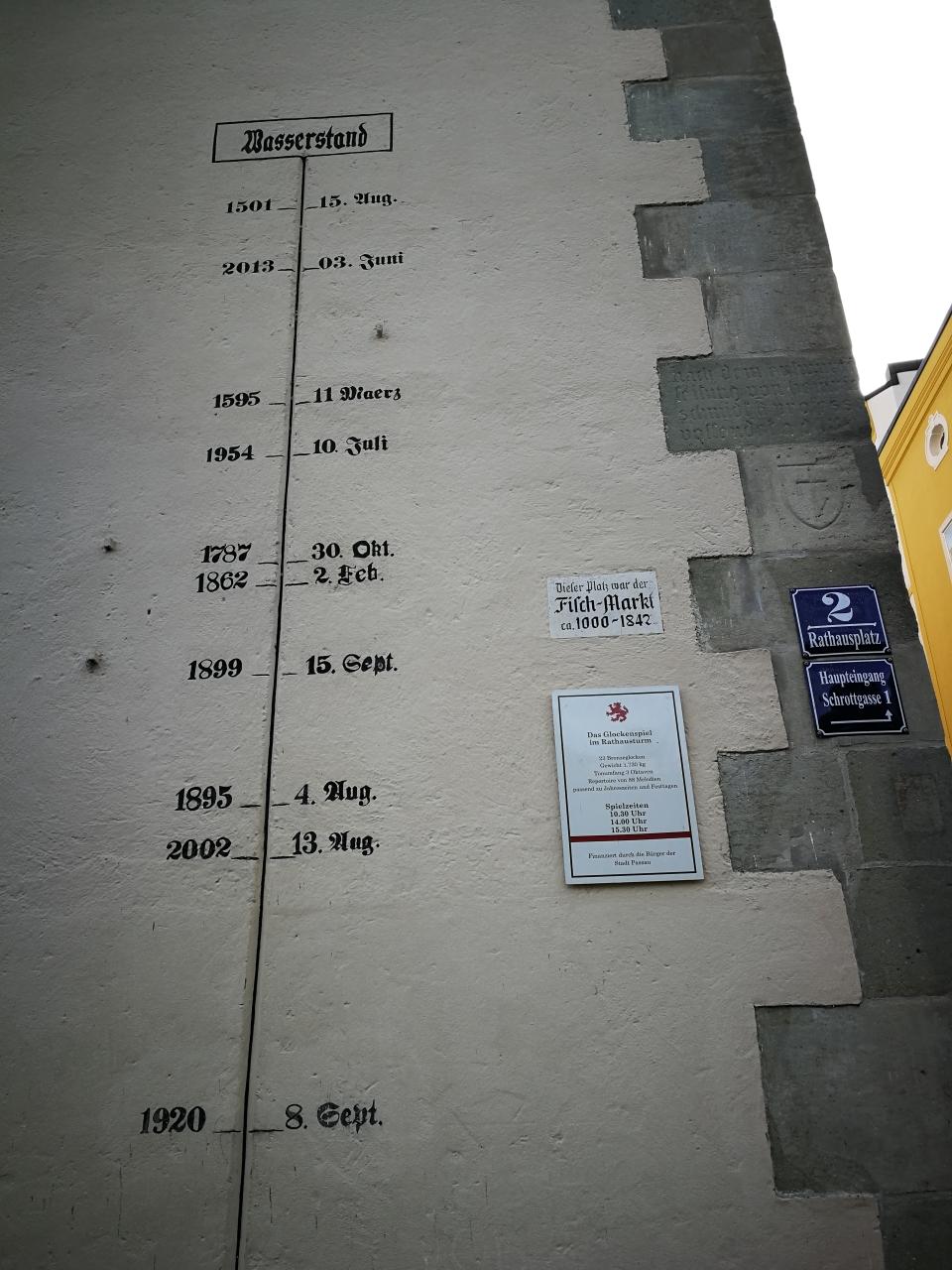 Hochwasserstände am Passauer Rathaus