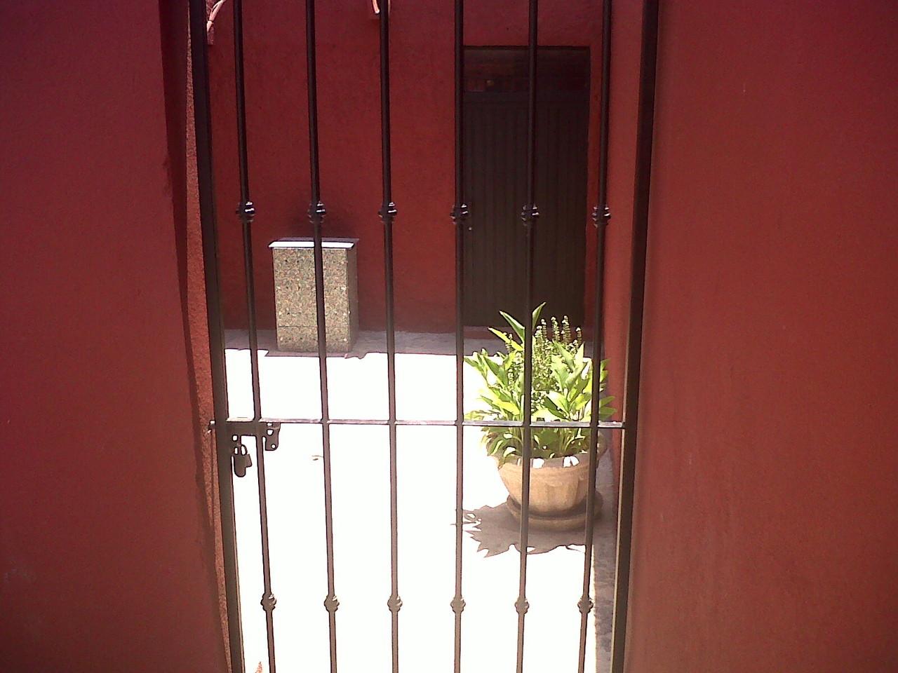 COMPOS-TODO también puede instalarse sobre superficies de cemento o piso.