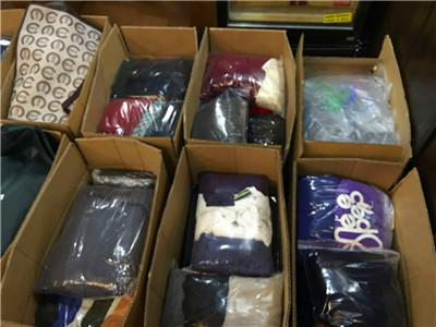 漢院は学生と一緒に雲南省の子供に冬服をお届きます