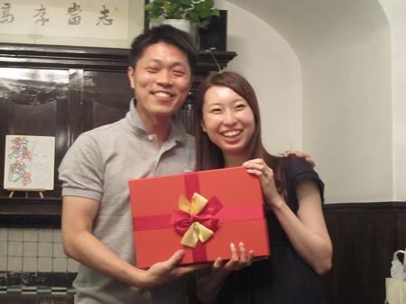新婚の佐藤夫婦は初めて漢院のパーティーを参加し、結婚お祝いのプレゼントを差し上げました。これから上海で幸せ新生活をスタートです。