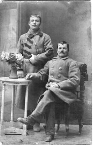 Стоит Вертипрахов Александр Иванович 1902 г.р., сидит его дядя предположительно Никифоров.