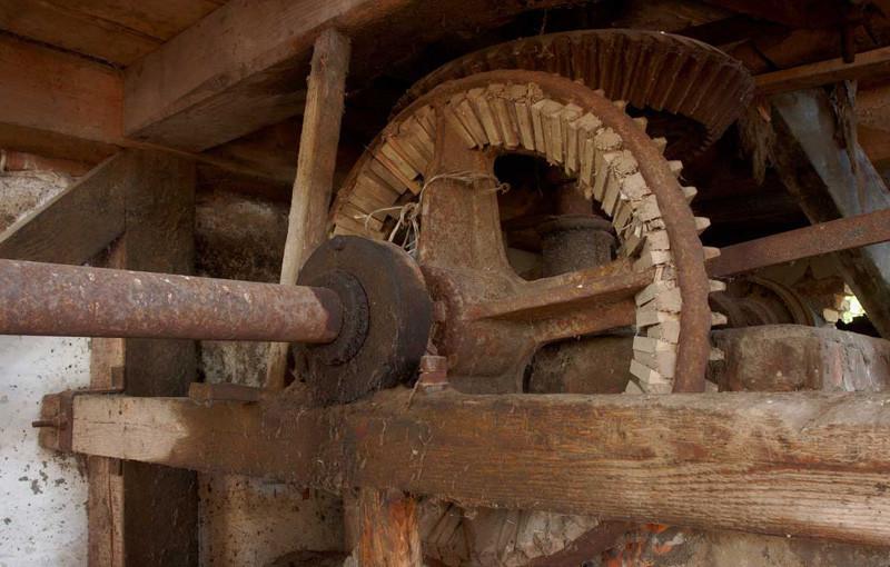 Зубчатое колесо мельницы на реке