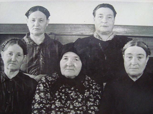 В первом ряду: Е.А.Кудинова, Е.А.Воронина, А.А...Кудинова В.А. Второй ряд: Е.А.Зырянова-Зорочицева, Е.А.Сычева
