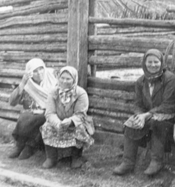 Слева: Чебыкина Фёкла Емельяновна, Капарушкина (Путилова) Евдокия Прокопьевна, Цыпышева (Путилова) Кристина Ивановна