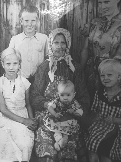 Черепановы: Бабушка Аганя с Внуками Витором, Валентиной, Галиной и правнучкой Людой Ивановой