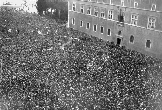 Parte del popolo italiano esalta la dichiarazione di guerra di Mussolini il 10 giugno 1940