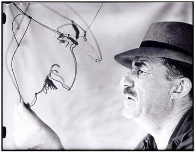 Fernand Léger osserva il suo ritratto realizzato da Alexander Calder