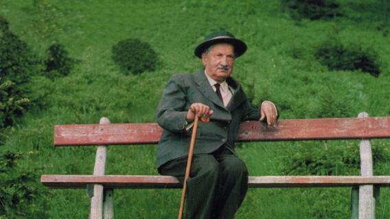 """Heidegger che sosta presso uno dei suoi """"sentieri"""" ..."""