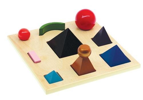 Esempio di gioco montessoriano autocorrettivo, in quanto ogni figura solida deve essere collocata in un posto preciso. Il bambino può accorgersi da solo se ha compiuto degli errori, perché nota che un certa forma non entra perfettamente in uno spazio.