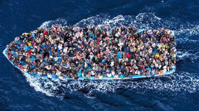Un gruppo di migranti ammassati su un barcone