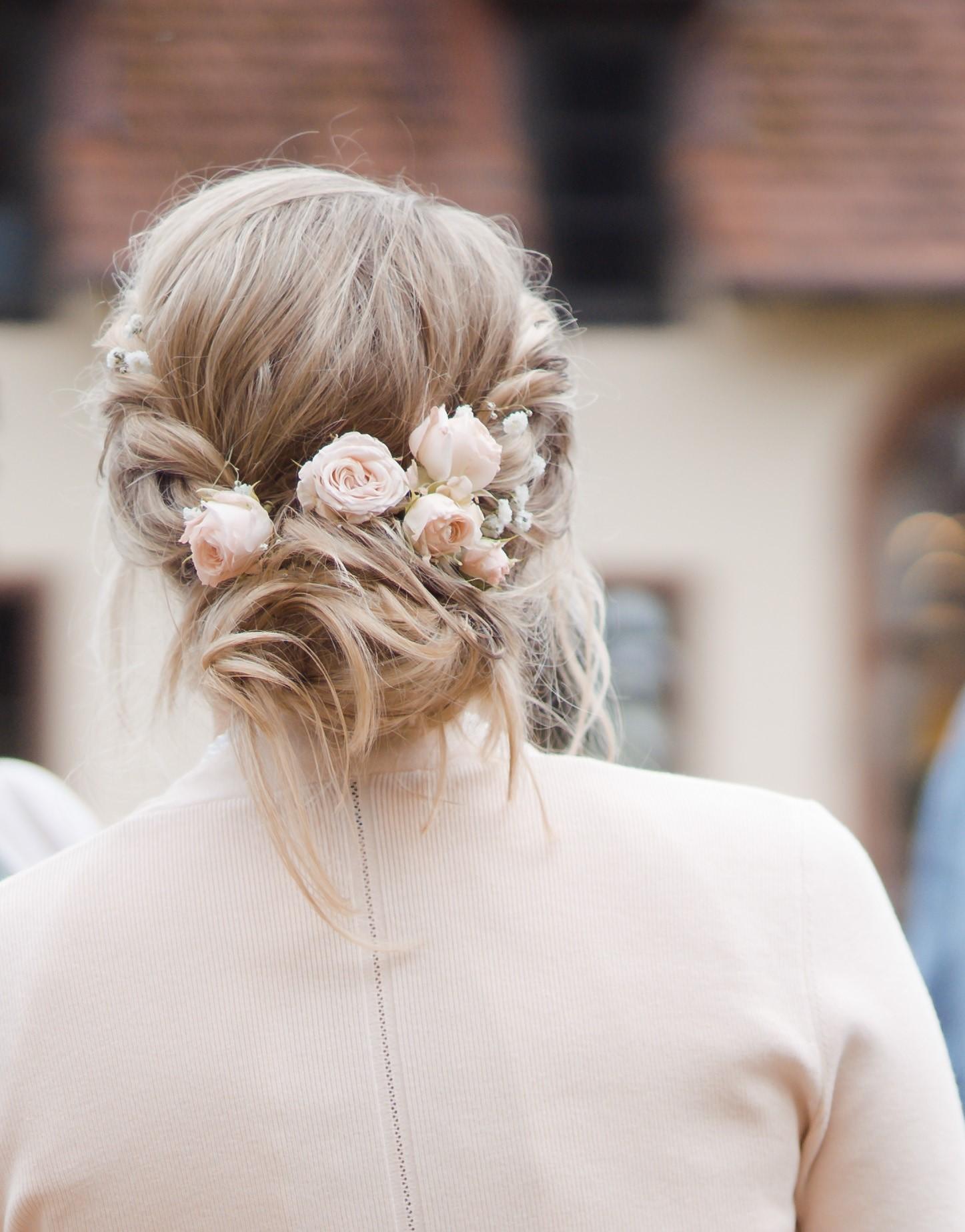 locker gestylte festsitzende Braut Frisur Foto by Nicole Haines Fotografie