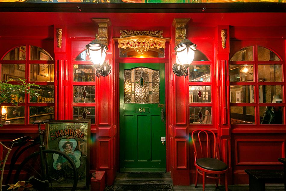 アイルランドのシンボルカラーを扉に。
