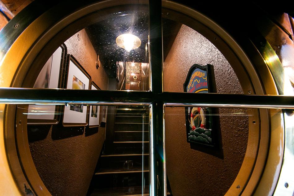 外観の扉の舷窓から覗いた光景も面白い。