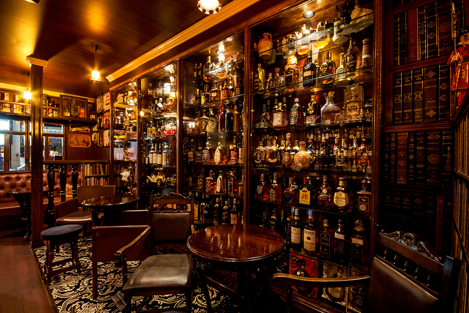 洋酒好きにはたまらない大人の趣味部屋のような空間。