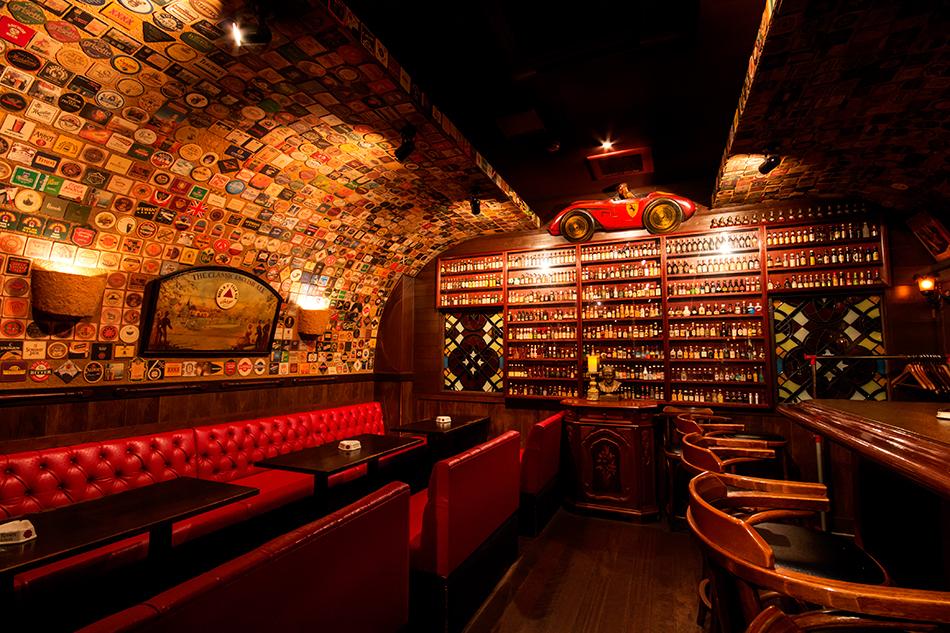 店内奥にある洋酒のミニチュアコレクション。
