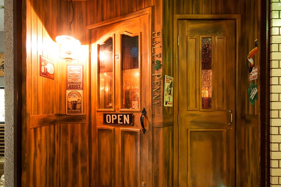 オーナーこだわりの2つの扉。一つは出入り口、もう一つは…(お店で確認を)。