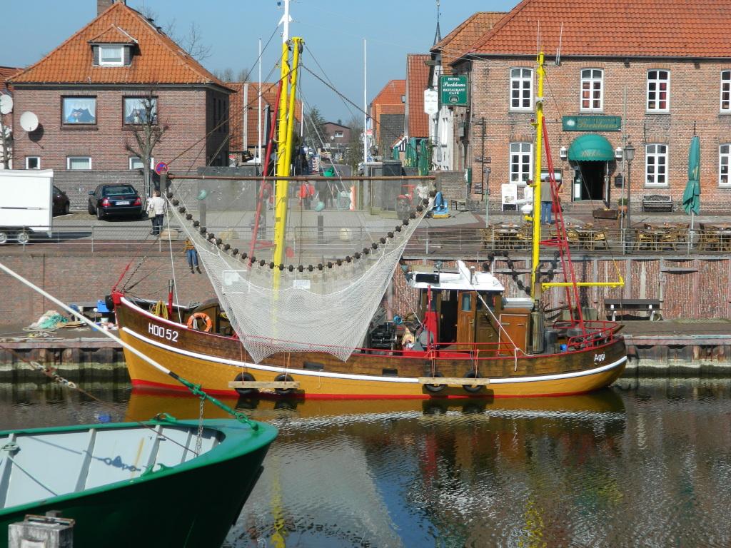 "Krabbenkutter  am ""Alten Hafen Hooksiel"""