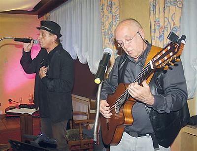 """Vollblutmusiker – etwas anders, weil sie auch bekannte Musikstücke etwas """"verbocken"""": Ginger Becker und Walter Stumm sind THE BOCK."""