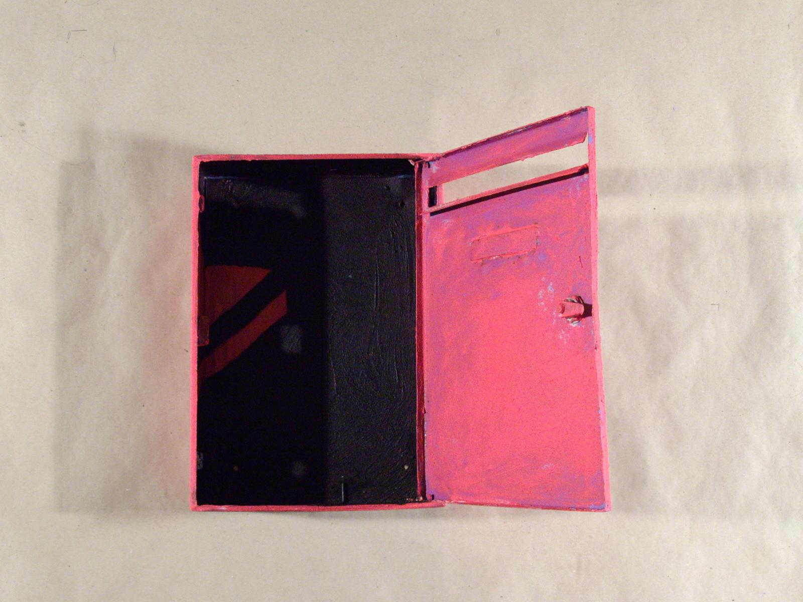 Stille Post / Acryl auf Metallkasten / 38 cm hoch x 27 cm breit, 9 cm tief; offen 39 cm tief / 2009 / MWV 736